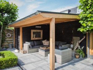Tuin met veranda in beeld
